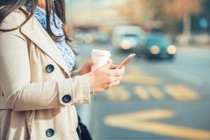 携帯電話を操作している女性